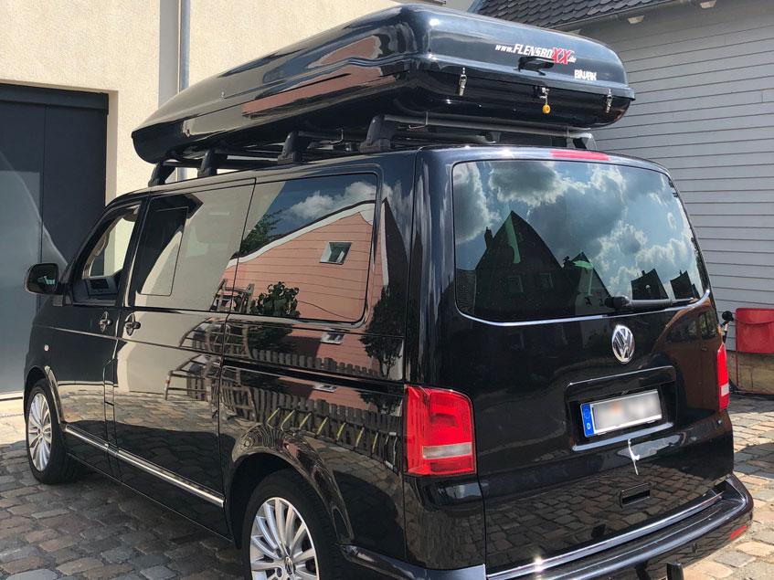 grosse Dachbox in Wagenfarbe auf VW Bus