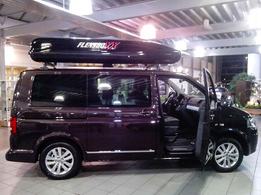 schicker VW Bus mit sehr großer Dachbox in Wagenfarbe lackiert